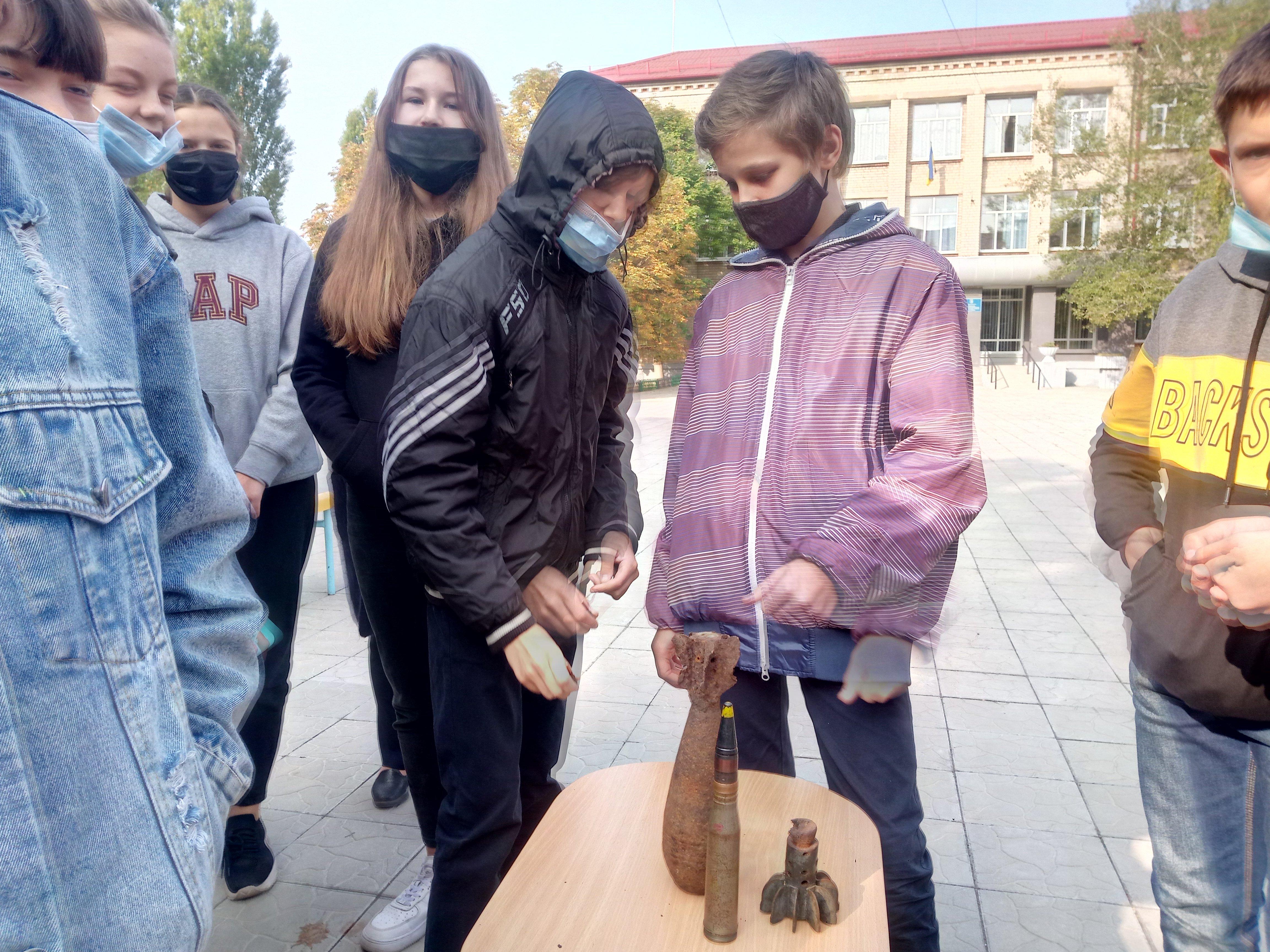 В Рубежном спасатели рассказали школьникам о правилах поведения при обнаружении опасных предметов